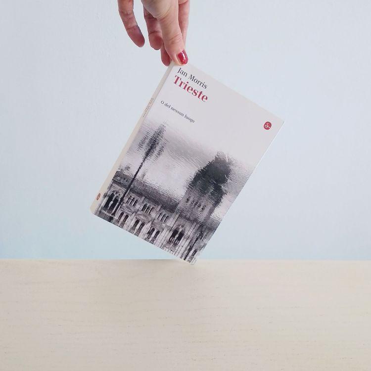 """Recensione di Chiara Mancinelli del libro """"Trieste. O del nessun luogo"""" di Jan Morris (Il Saggiatore, 2014). Un libro di viaggio e di memoria della storica e scrittrige gallese sulla città di Trieste."""