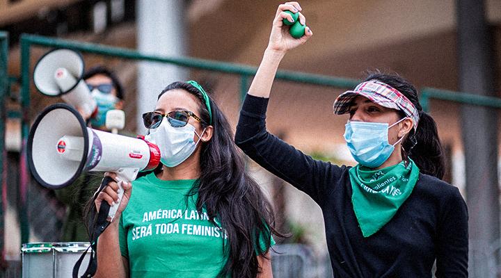 Un grupo de jóvenes feministas protestan, en los bajos del Congreso Nacional de Honduras, contra el proyecto de ley presentado por el diputado del Partido Nacional, Mario Pérez. Este proyecto finalmente fue aprobado, imponiendo un blindaje contra el aborto en el país. Tegucigalpa, 14 de enero de 2021. Foto: Martín Cálix.