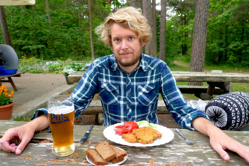 Tom eats vegetarian food and drinks beer on the terrace of Trahter Magic in Häädemeeste
