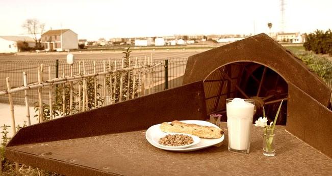 Mesa en la huerta de Alboraya con horchata y fartons