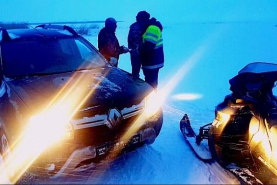На Ладожском озере ловили водителей на льду