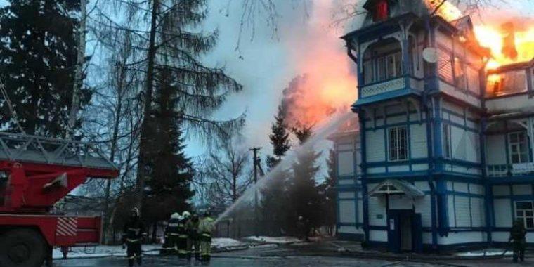 Детский санаторий в Колчаново потушили к утру
