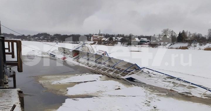 На реке Волхов тонет судно