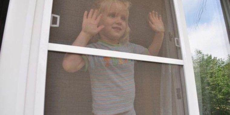 Трехлетний ребенок выпал из окна