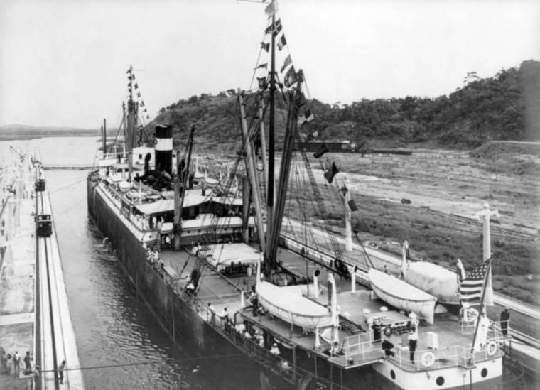 Проход первого судна через Панамский канал