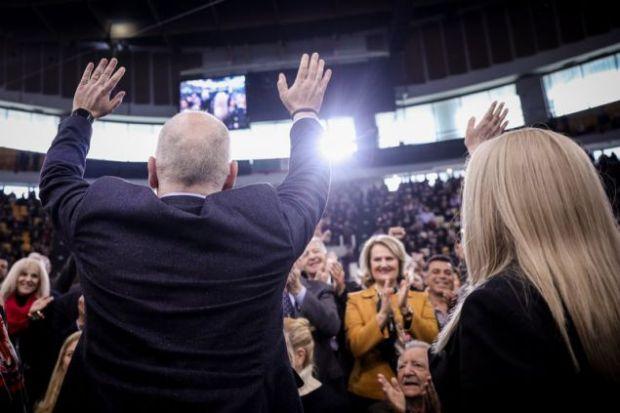 Ο Φρανς Τίμμερμανς και η Φώφη Γεννηματά χαιρετούν τους συνέδρους του ΚΙΝΑΛ