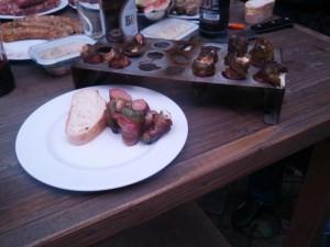 Die fertigen Pimentos mit Brot und Würstchen genießen!