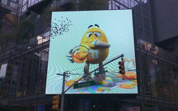 Werbetafel vor dem M&M Flagship Store