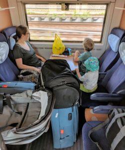 Entspannte Anreise zum Flughafen mit den Kindern im eigenen Abteil