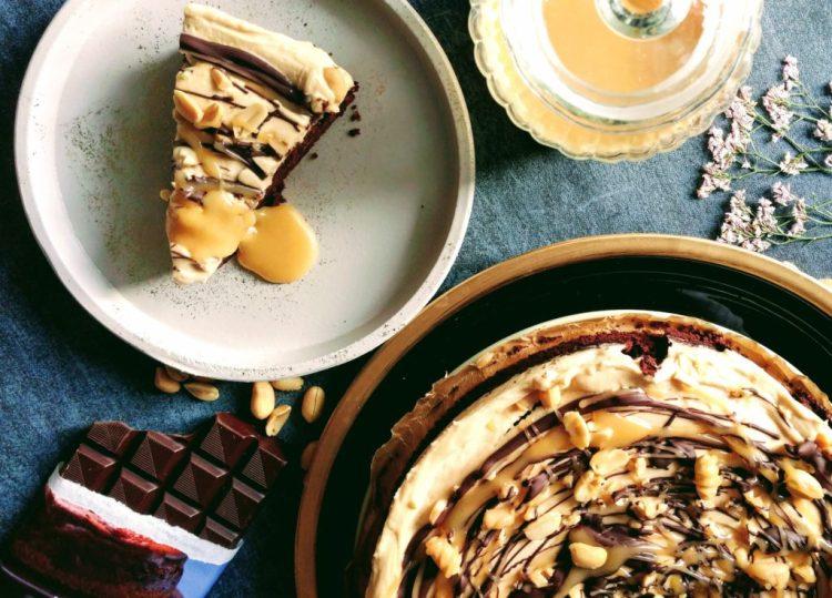 Schokoladenkuchen mit Salzkaramel-Erdnussbutter Topping