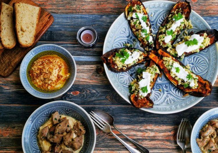 Mezze mit Aubergine mit Chermoulla, Bulgur und Joghurt