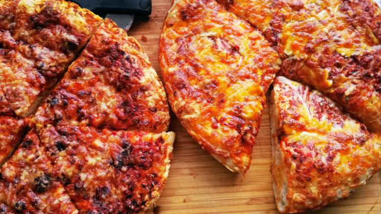 Crispy Cheesy Pan Pizza - Pfannenpizza mit Sauerteig Header
