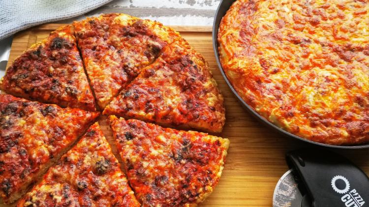 Crispy Cheesy Pan Pizza - Pfannenpizza mit Sauerteig