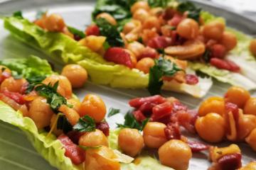 Lauwarmer Kichererbsen Salat mit Serano