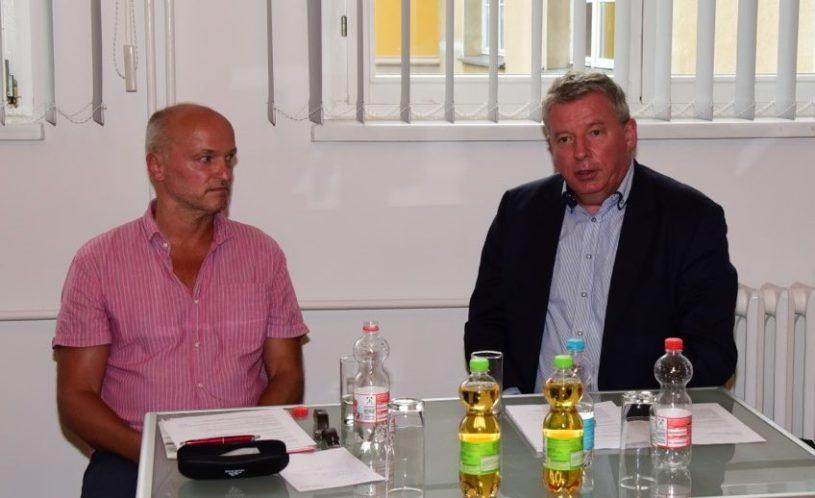 Volkmar Schöneburg und Thomas Nord (v.l.n.r.) im Gerhart-Hauptmann-Museum Erkner.