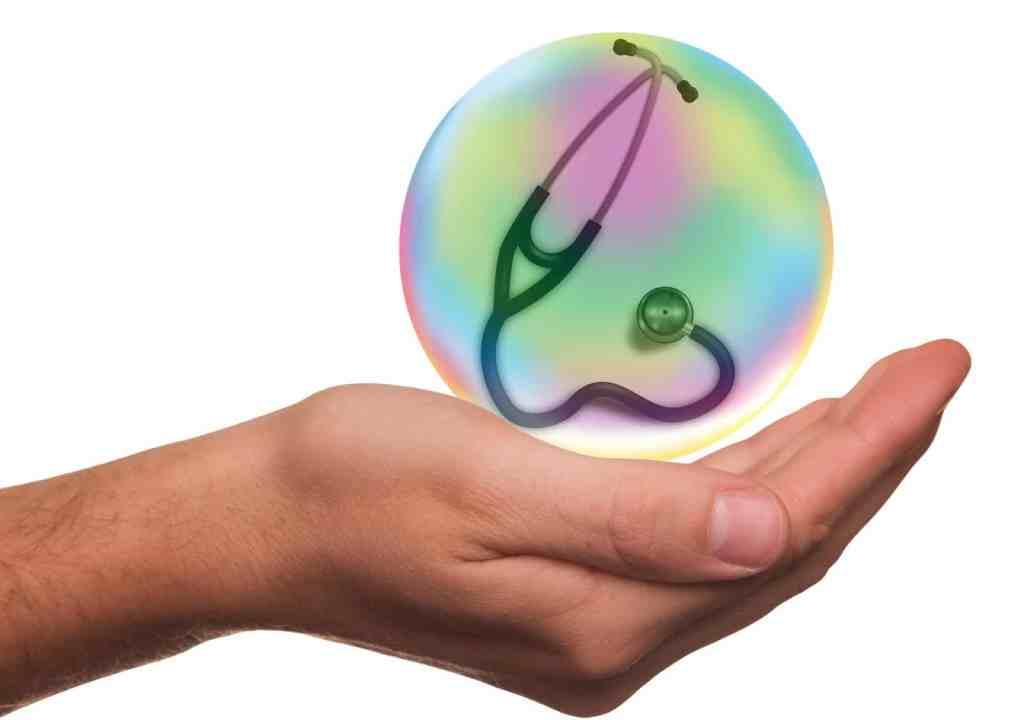 Symbolbild: Hand mit Stethoskop