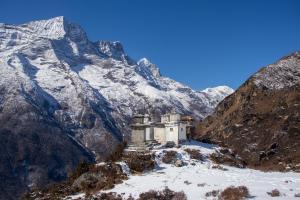 Gipfel im Himalaya mit Tempel