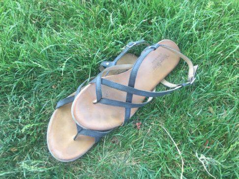 Sandalen im Gras