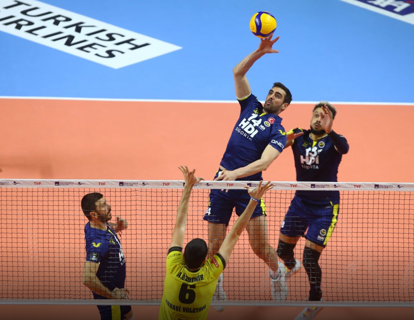 Turkey: Arkas sweep Halkbank in a classic, Fenerbahçe recover after surprising defeat in Champions League