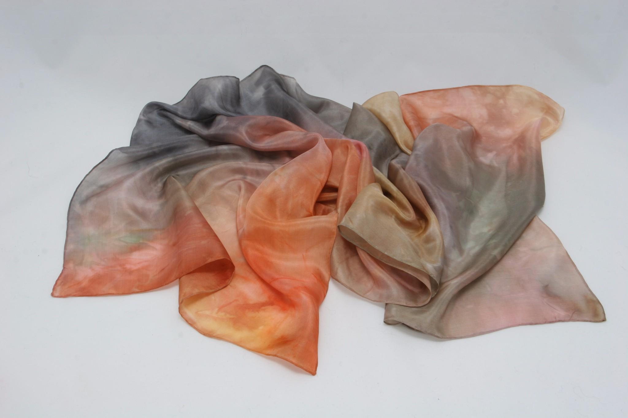 Ročno barvan svilen šal je lep modni dodatek. Vrsto svile, velikost in barve lahko izberete sami.