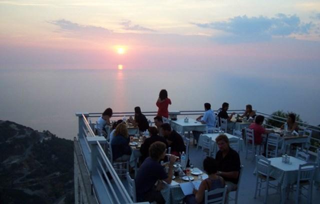 Σε αυτό το εστιατόριο τρως ανάμεσα στα σύννεφα!!! (ΦΩΤΟ)
