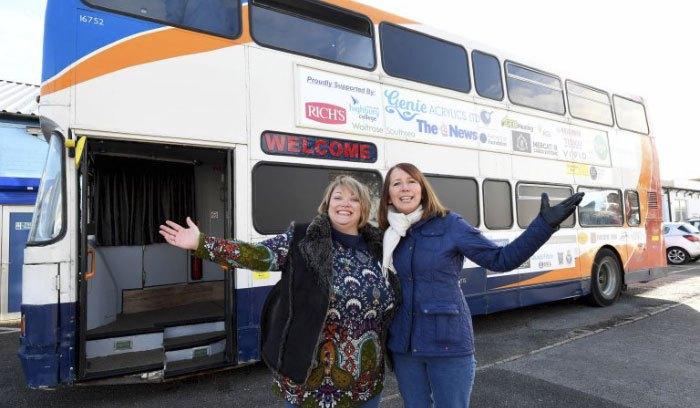 Γυναίκα μεταμόρφωσε ένα παλιό λεωφορείο σε ένα σπίτι για άστεγους!Δες!