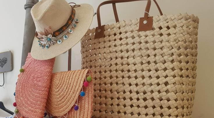 Ψάθινη τσάντα το απόλυτο must- Δες σχέδια σε απίθανα χρώματα ... 5c46c33ac30