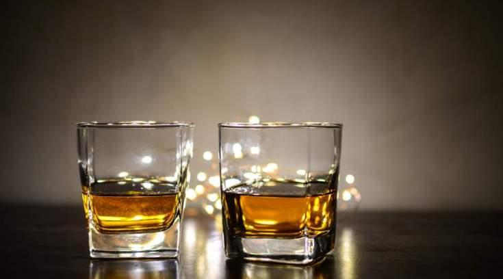 Kαταγγελία αναγνώστη: 12 ευρώ για ένα ποτό μισό, σε πλαστικό ποτήρι!