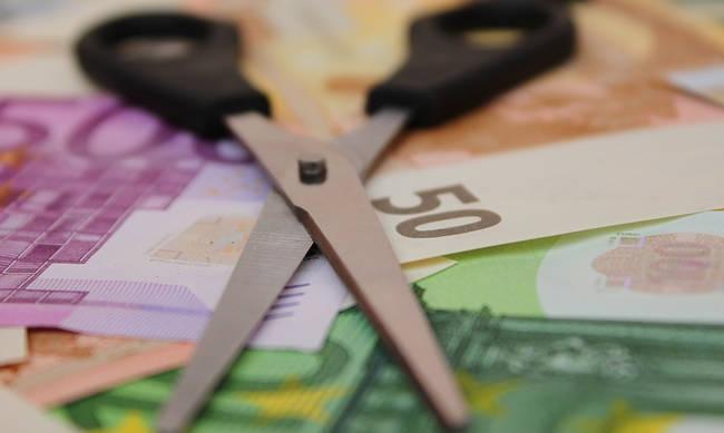 «Μαχαίρι» σε επιδόματα 93.000 υπαλλήλων