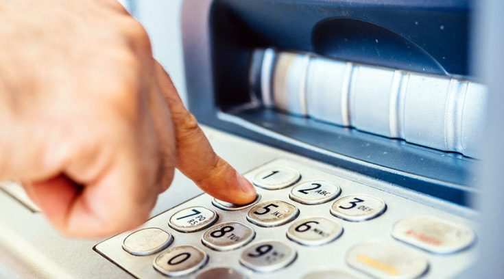 Μεγάλες αλλαγές από σήμερα στις χρεώσεις για αναλήψεις από ΑΤΜ