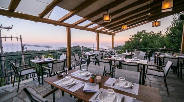 Το εστιατόριο πάνω από τον Παγασητικό, που σου κόβει την ανάσα! (ΦΩΤΟ)