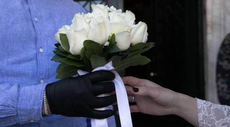 Γάμος εν μέσω κορωνοϊού: Χορός με γάντια και μαντήλια και live streaming