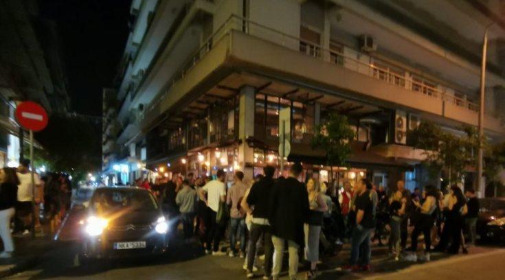 Η αστυνομία διέλυσε πλήθος έξω από καταστήματα με «take away» ποτά