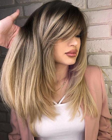 Cortes de cabelo multicamadas em cabelos médios: tendências de moda 2020-2021