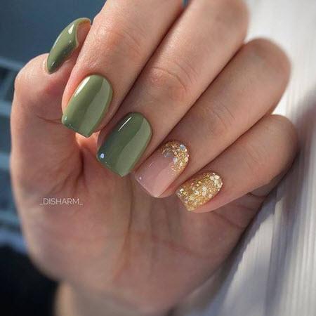 Design de unhas com lantejoulas douradas
