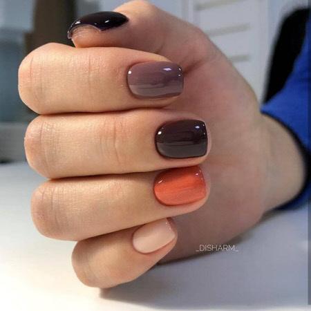 Manicure multicolorido simples