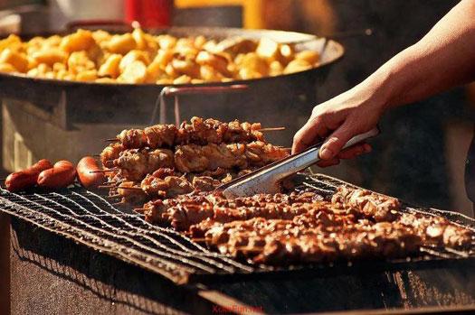 Kami menyambungkan daging dengan bawang dan campuran.