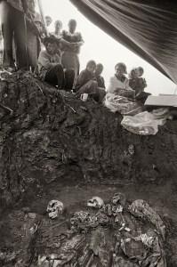 Un grup d'indígenes espera l'exhumació dels seus familiars. Joyabag (Guatemala), febrer 2009