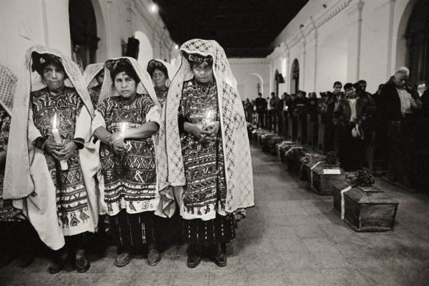 Els 43 taüts de víctimes ixhiles, morts als anys vuitanta i localitzats en una fossa comú l'any 2008, formen una fila ordenada al centre de l'església de Nebaj. Nebaj (Guatemala), febrer 2009