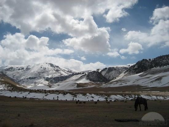 kyrgyzstan - Altes muntanyes nevades i vent, molt de vent