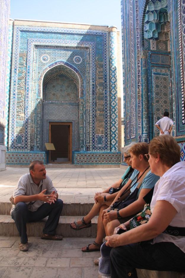 El nostre guia RASUL a Uzbequistan, explicant-nos els Mausoleos de SAMARKANDA