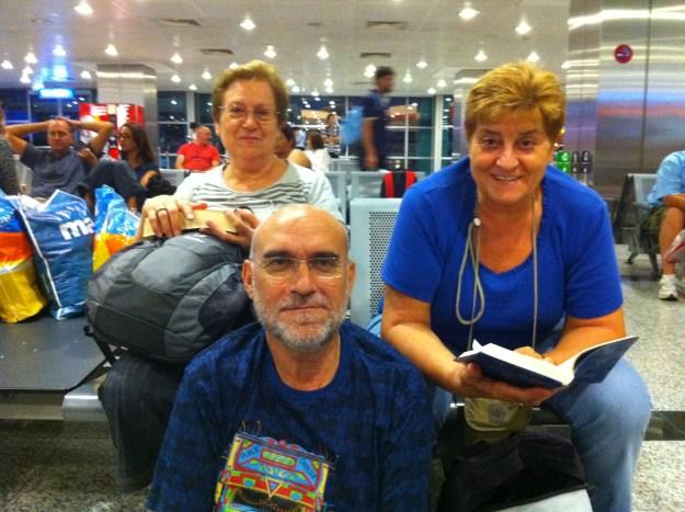 Merche, Miquel i Fina al aeroport d'Istanbul....al principi del viatge