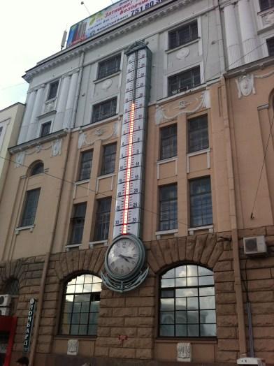 El termómetro de la Plaza de la Constitución, punto de encuentro de la ciudad.