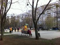 Nuestro barrio, lleno de parques, mamás y niños.