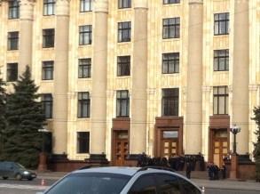 La policía en la puerta de la sede del gobierno