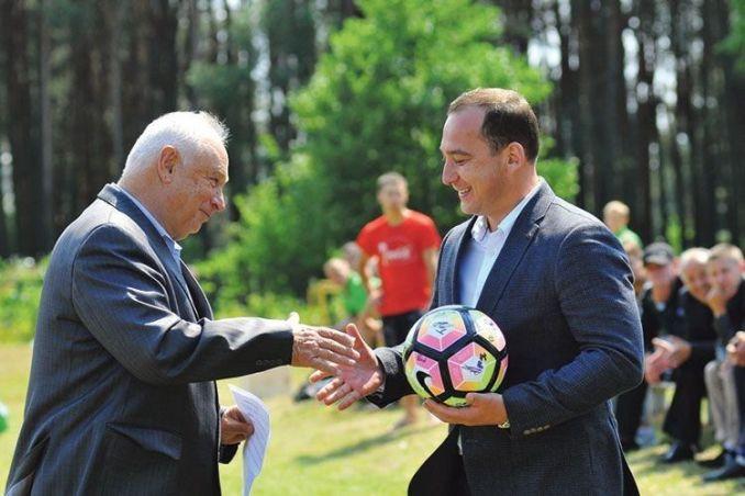Олександр Кватирко отримує футбольний трофей за організацію лісівничого чемпіонату Волині.