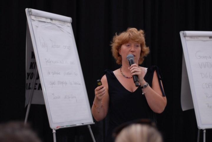 Martine geeft een workshop: 'ik maak allemaal vouwtjes en scheurtjes in de flipovervellen, zodat ik weet waar ik kan schrijven.'
