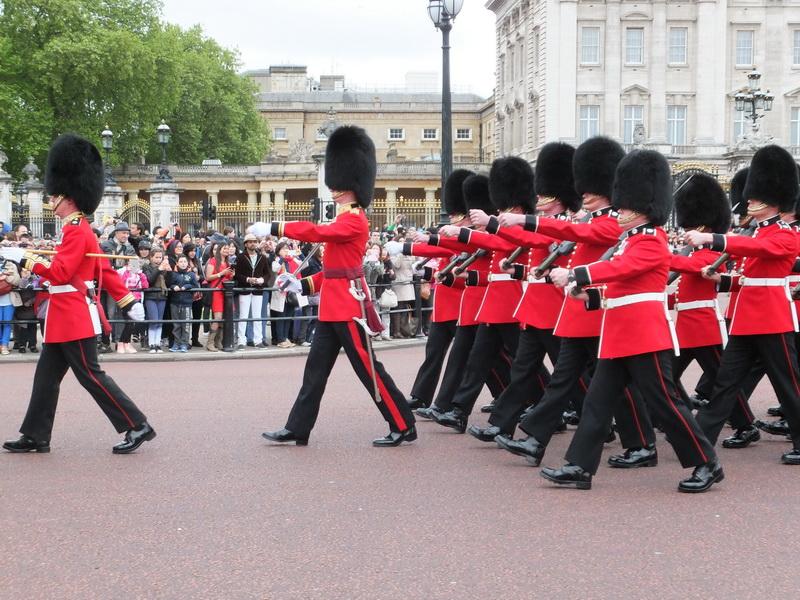Wachwechsel mit Gewehr am Buckingham Palast