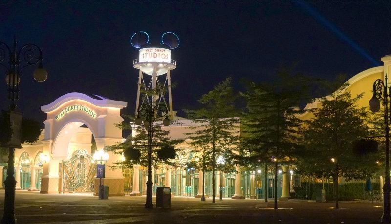 Disneyland bei Nacht, der beleuchtete Eingang der Disney Studios