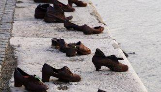 Warum stehen Schuhe am Donauufer?